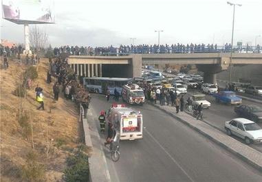سقوط اتوبوس به اتوبان چمران از پل لاله