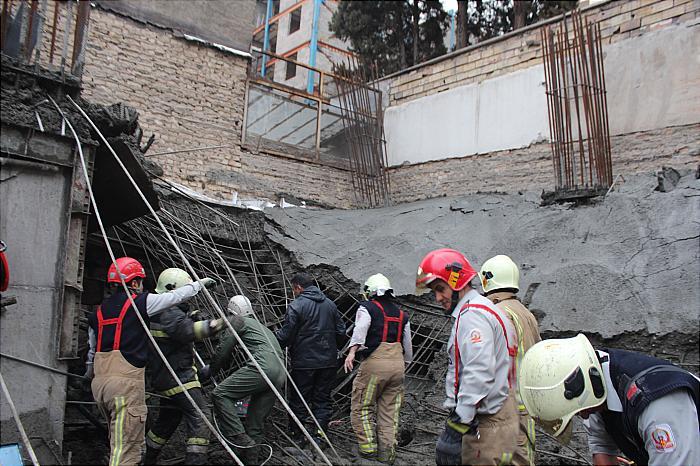 ریزش بتون و میلگرد در محل ساخت یک ساختمان در پاسداران جان کارگر جوانی را گرفت