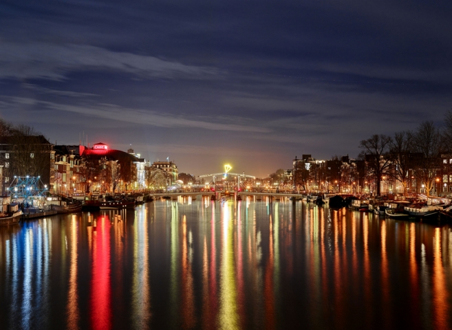 فستیوال روشنایی با سمبل های تابشی در کانال دوستی شهر آمستردام