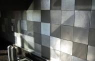 آشپزخانه های متفاوت با ترکیب بندی کاشی های فلزی